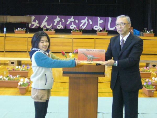丹波地区の小中学校に丹波竜フィギュアを贈呈!