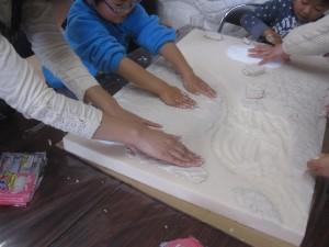 粘土を地面に